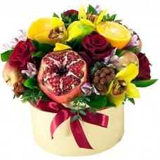 Фрукты и цветы в шляпной коробке